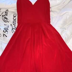 Aldrig använd klänning som jag nu vill bli av med. Skicka för fler bilder.