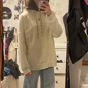 Säljer denna äkta billie eilish hoodie i storlek small, köpt på hm för något år sedan men snappat använd, har tryck både fram och bak och även mönster på snörena:) snygg oversized fit✨djur och rökfritt hem! Sälja inte längre därav mkt unik, startbud:100kr+frakt