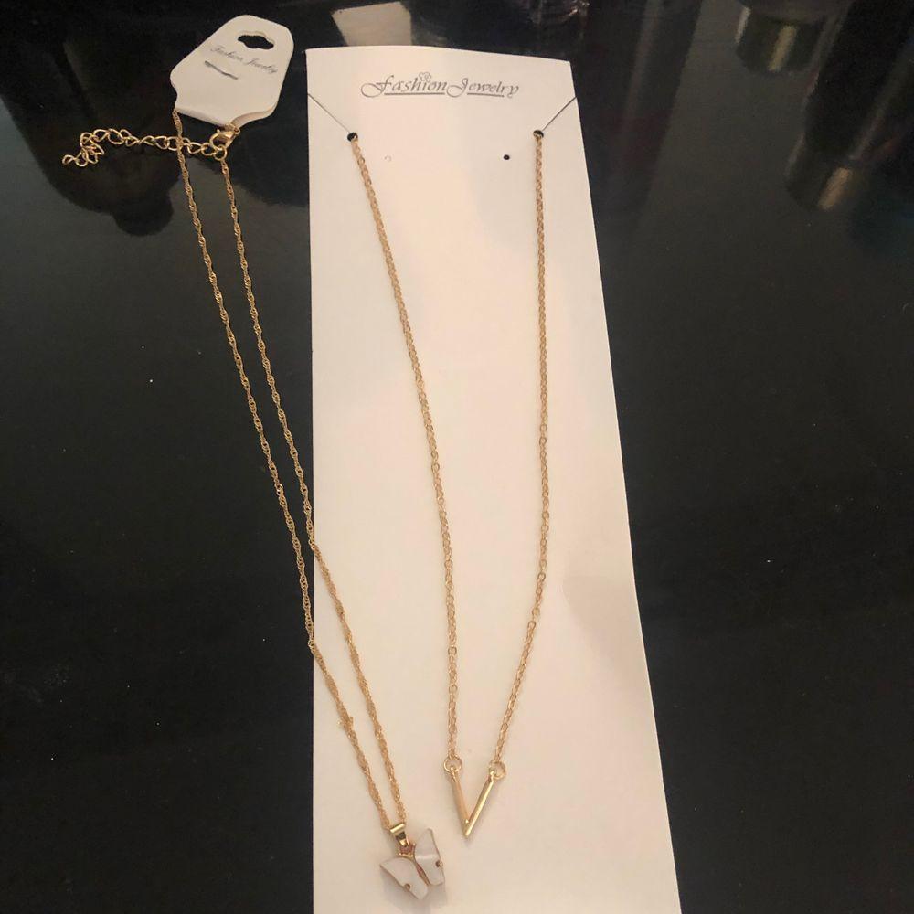 """Populära fjärils halsbandet 🦋 helt ny och oöppnad i sin förpackning! Säljer även """"V"""" halsbandet brevid . Accessoarer."""