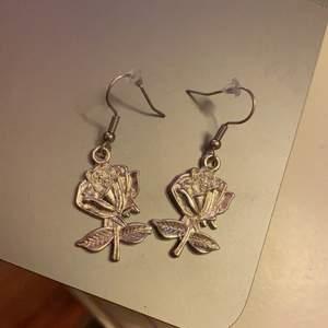 Sååå söta handgjorda örhängen! Gjorde de för länge sedan men aldrig använda då jag har ett par likadana som jag älskar supermycket! Nickelfria💛