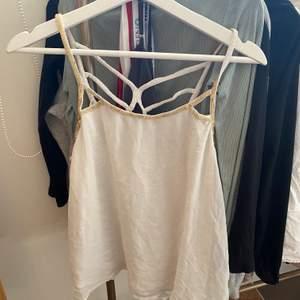 Ett vitt linne som inte kommer till användning, väldigt fin i ryggen💓 Skriv för fler bilder!