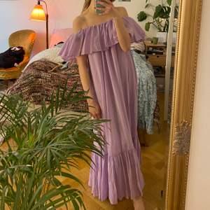 Helt otroligt fin klänning från & other stories. Köpte inför midsommar förra året, kostade 1300kr och har bara använt den en gång... Man kan både klä upp och klä ner denna, tex på stranden eller på midsommar osv.