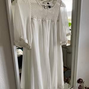 Säljer en superfin vit klänning som är i perfekt skick, inga fläckar osv🦋Den är perfekt till studenten!! Skriv privat för fler bilder