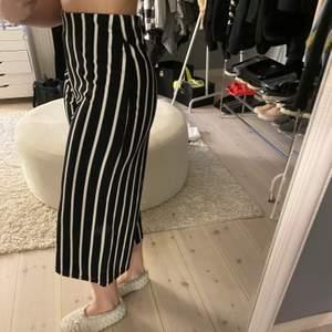 Ett par randiga byxor från Zara som är korta i modellen! Storlek 34/S Använda fåtal gånger! DM för mer info!💕