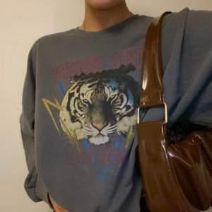 sweatshirt med tryck, stentvättad grå tror jag färgen heter. jätteskön tröja, lite åt det tunnare håller i materialet. köparen står för frakt :)