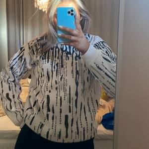 Säljer denna snygga dolce & Gabbana sweatshirten köpt secondhand så kan inte avgöra om den är äkta eller inte. Storlek XXL men uppskattar den mer som en stor L. Super fint skick. 200 startbud