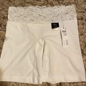 Man kan använda den under klänning :) aldrig använd bara testat 1 gång men för liten!!