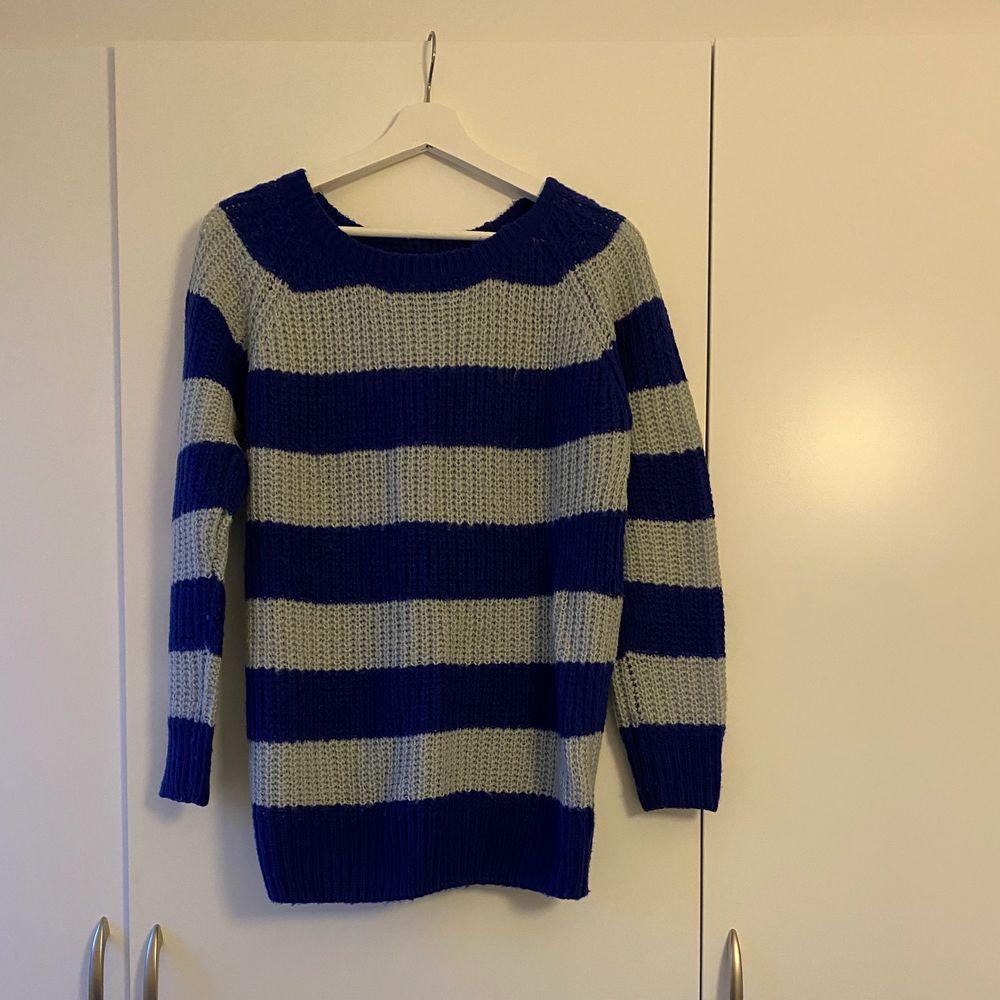 Blå och grå randig tröja. Storlek S men oversize. Kan passa mellan storlek S-L. I bra skick.. Stickat.