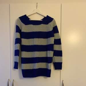 Blå och grå randig tröja. Storlek S men oversize. Kan passa mellan storlek S-L. I bra skick.