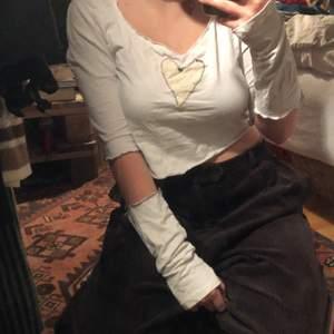 En omsydd tröja med medföljande armvärmare/handvärmare. Lite sliten i armhålan, alltså att tyget är tunnare just där. Annars i bra skick, köparen står för frakten <3