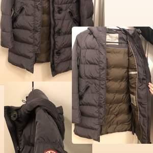 En jätte fin jacka i perfekt skick inga fläck eller hål, original pris 5000 kr, det är em italienskt märke.
