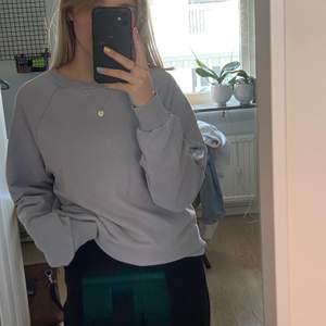 Ljusblå oversized sweatshirt från en influenser collection med nakd. Inte så använda så bra skick.
