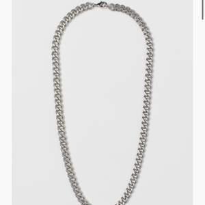 Super snyggt o populärt kedje halsband från hm!! Säljer för de kommer inte till användning (inte min stil). Säljs för 60kr❤️ skriv om ni vill ha fler bilder på halsbandet så fixar jag det!!😌