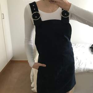 En supersöt mörkblå hängselklänning från Weekday 💖 Den är av mjukt jeanstyg. Köpt förra sommaren men aldrig använt den.