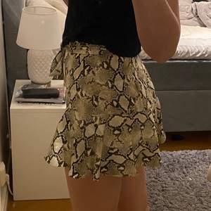 Orm mönstrad kjol från zara! Storlek medium, använd 2 gånger
