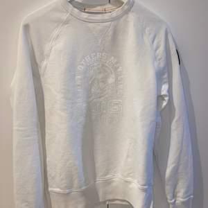 Vit Parajumper i herrstorlek S, jag har använt den som oversize tröja (ca strl M kvinna). ❕Frakten är inräknad i priset❕vid möte i Halmstad reduceras priset.