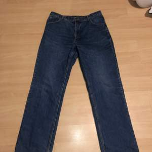 Fina jeans från något märke jag aldrig sett innan. Säljs då de ej kommer till användning.🥰 står det någon storlek men passar på mig som har som har 31.