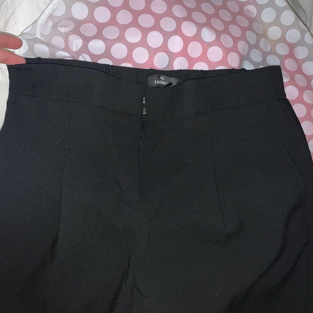 Jättefina kostymbyxor. Använda 2-3 gånger. Är i nyskick. Jeans & Byxor.