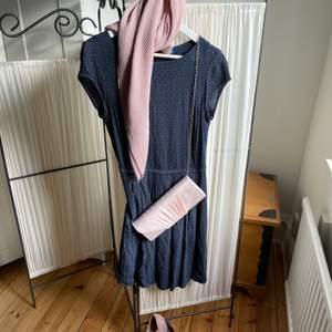 Mörkblå tom tailor sommarklänning i strl 38 med supersköna kilklacksandaletter, kuvertväska från Anna Field och mjuk scarf i dusty pink. Köp allt för 350kr, säljes även separat. Priset kan diskuteras!