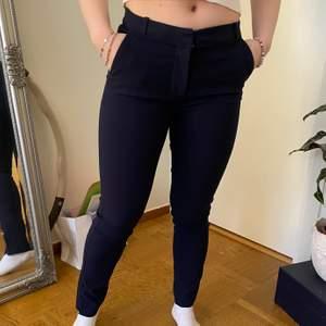 Fina mörkblå kostym byxor i mjukt material. Ifrån mango men köpta i bryssel, storlek 34. Har en slits nere vid foten oxå💓 köpare står för frakt!