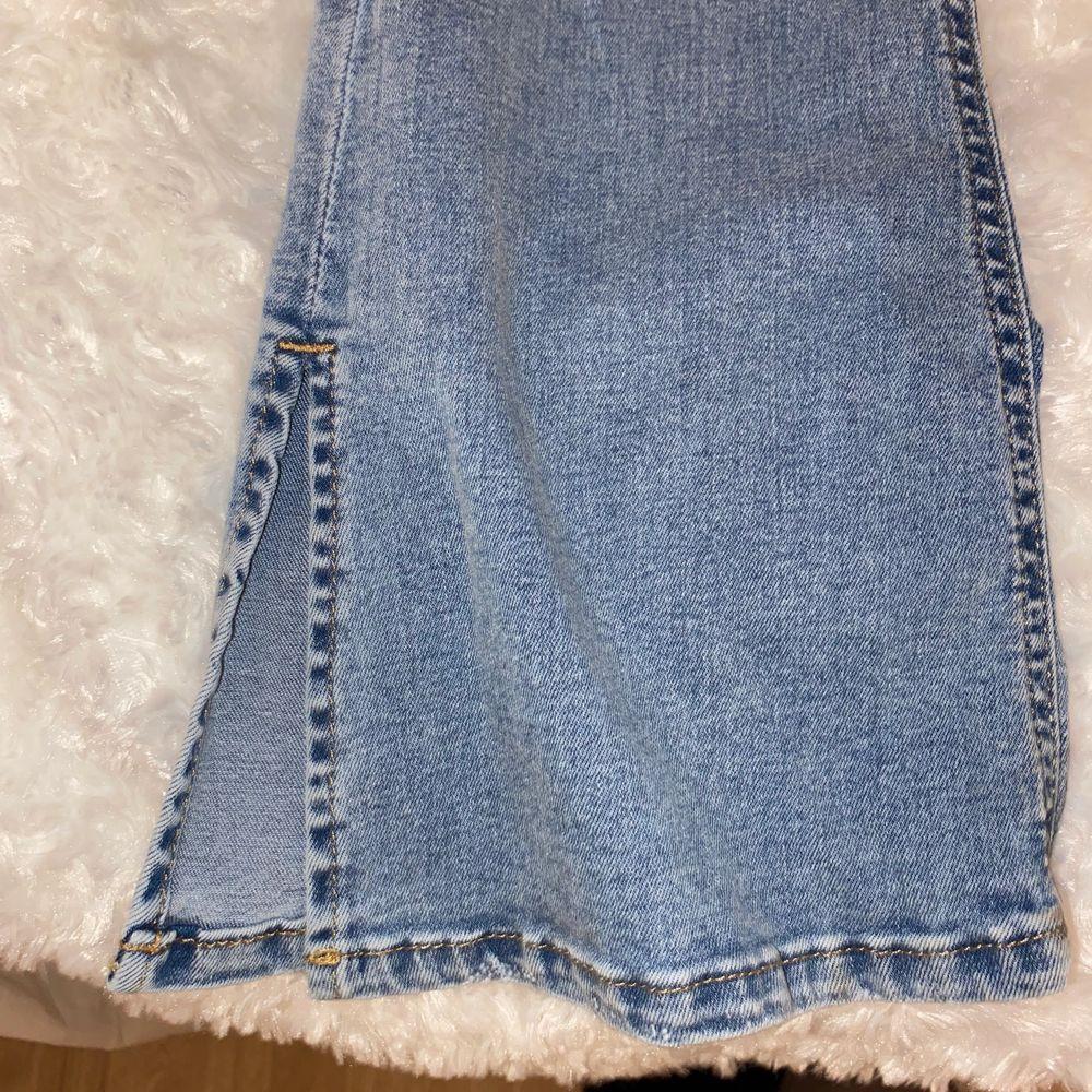 Super fina Gina tricot jeans Bottcut med hål och slits nere vid benet, dom är blåa super fina och sitter super bra vid rumpan och bra form vid midjan! Använd några få gånger va 2-3 gånger och säljer pågrund av de inte kommer till användning, DOM ÄR HELT FEL FRIA! Precis som nya🥰 (PRIS KAN DISKUTERAS). Jeans & Byxor.