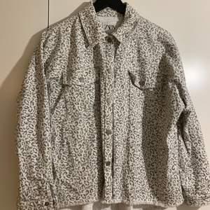 Jeansjacka från Zara i grått leopardmönstet. Ordinariepris 399kr. Köpare står för frakt❤️