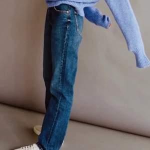 Säljer min superfina blåa (raka) jeans från mango då jag inte fått användning av dem vilket är väldigt synd i och med att de är så fina, därav priset:) frakten ingår inte i priset😊  kontakter ifall du är intresserad eller vill ha fler bilder😊