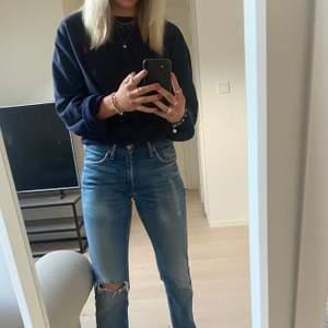Lågmidjade levis jeans, en äldre modell och därför lite slitna, skrev vid fler frågor. Modell 511, W 29 L 32
