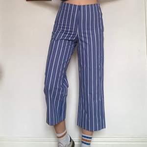 Jättefina cropped blå-vitrandiga byxor från Zara ca 2016. Dom har använts ett fåtal gånger då jag är lite för lång för dom. Min längd är 179cm så dom kanske inte sitter lika cropped på dig som är kortare!
