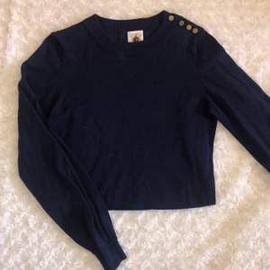 Superfin marinblå tröja från Gina tricot☺️ Har fina guldiga knappar på högra axeln (se bild 2), är i S men passar även mig som har M 🙌
