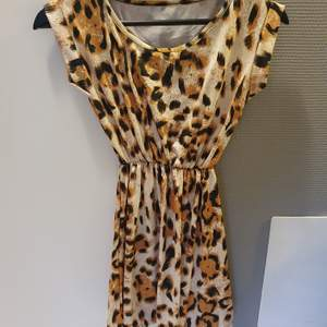 Oanvänd leopardmönstrad klänning. Stl XXS.