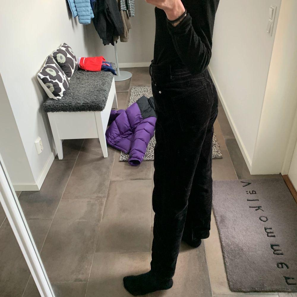 Coola svarta corduroy byxor från weekday (modell: rowe) i fint skick. Jeans & Byxor.