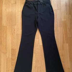 Utsvängda svarta kostymbyxor från only. Med fickor. Jätte bra skick nästan oanvända. Använda någon enstaka gång. Skick : 10/10. Materialet är skönt och det sitter väldigt fint på. Skulle säga att de passar någon i längd mellan 163 och neråt för att vara söker på att de inte blir lite korta.