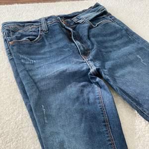 Riktigt snygga blåa jeans från sisters point med vintage känsla. Raka jeans med hål på knäna. Orginalpris 400kr.