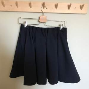 Snygg kjol med textur i nyskick! Köparen står för frakten!