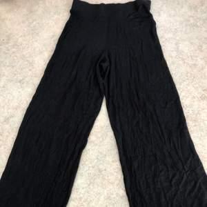 Säljer dessa leggings i wide leg eller culotte modell. Frakt ingår inte. Kontakta mig för fler bilder :)