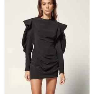 Säljer denna svarta Isabel Marant Étolie klänning. Väldig fin passform som framhäver midja och rumpa. Beställde fel storlek o hann aldirg skicka tillbaka den. Aldirg använd, prislapp finns kvar. Köpte den för 4100 kr på Farfetch 💕