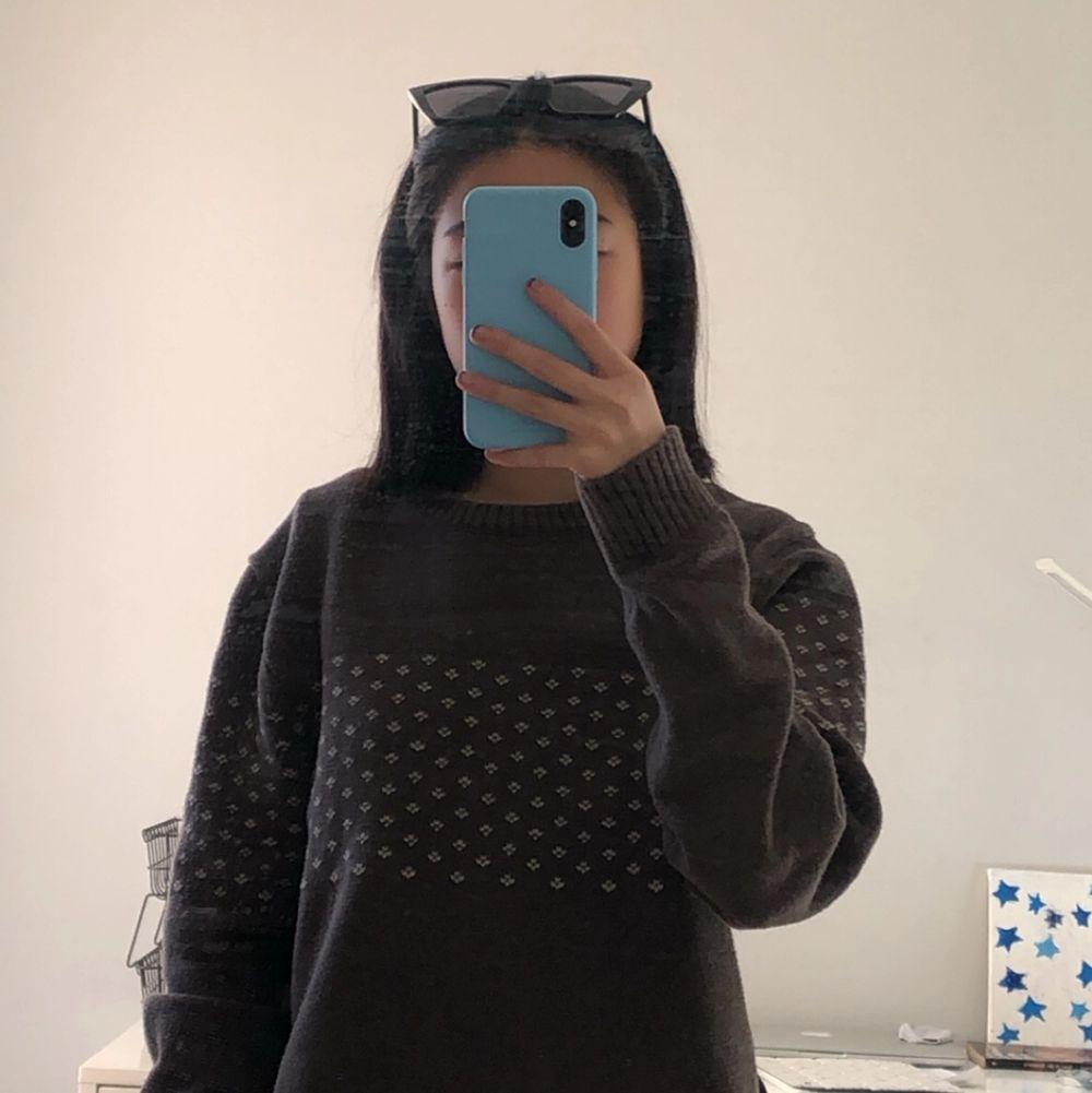 En brun, oversized, vintage sweatshirt med mönster på. Jätte fin men tyvvär för stor för mig. Kom privat för frågor eller fler bilder ❤️. Tröjor & Koftor.