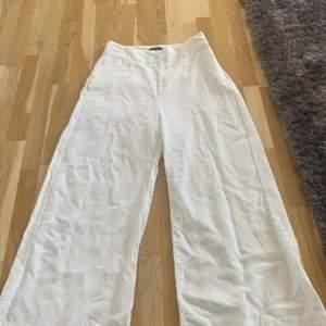 """Vita kostym byxor från Lindex som är tightare längre upp och """"lösa"""" längre ned .Säljs pågrund av att de sitter för tight runt rumpa och höft 💞💕"""