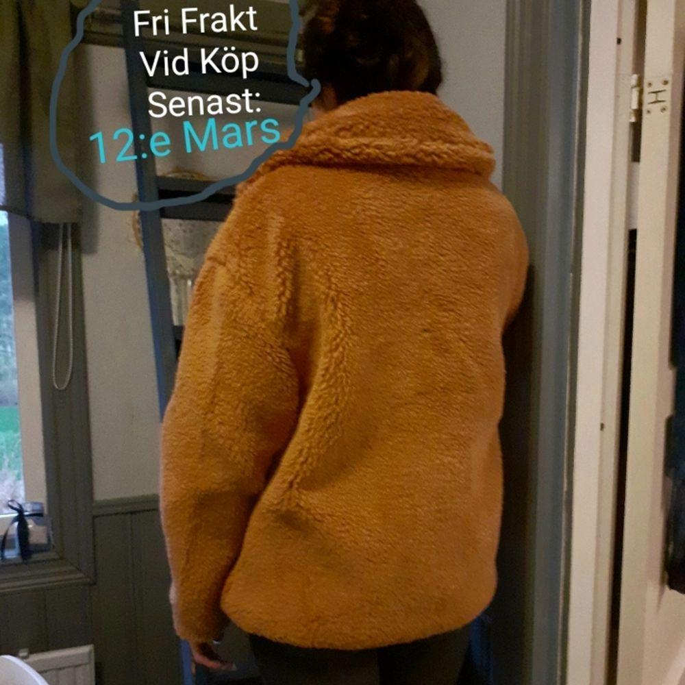Teddyjacka från JFR🧡Nypris: 699:- Storlek: S/M. Jag på bilderna bär vanligtvis Storlek: XS/S och den sitter bekvämt/något oversized på mig. Oanvänd och därav i nyskick🌷 FRI FRAKT vid köp SENAST: 12:e Mars!. Jackor.