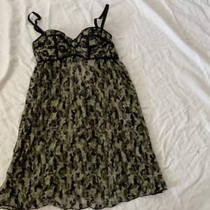 Tvär najs camoflage linne som är see thru förutom vid brösten, aldrig använt. Linnet går ner till precis under magen, sitter tajt o fint där uppe sen svänger det ut där nere typ