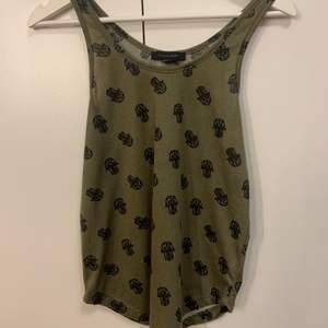 Miltärgrönt linne som använts sparsamt ett fåtal gånger.