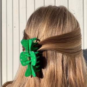 En grön handmålad hårklämma med guldiga prickar! ✨Tillverkas endast en gång! Kostar 70 kr med FRI FRAKT! 🙌🏻