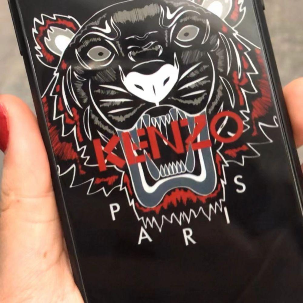 Ett äkta kenzo skal till IPhone X helt i nyskick inga repor eller skador! Först till kvarn🌸. Accessoarer.