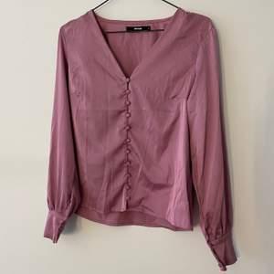 Fin tröja med knappar! Använd fåtal gånger! Frakt tillkommer💜
