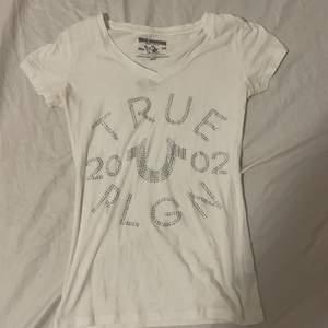 Vit true religion t shirt med diamanter(alla sitter kvar) knappt använt 1 gång, sitter najs XS-S
