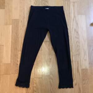 Säljer dessa fina tight ifrån H&M. Storlek S. Änvända få gånger! Fina detaljer på benen. Säljer dessa då det har blivit för små för mig!! Kontakta mig vid fler bilder och frågor❤️
