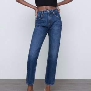 Snygga Jeans från Zara som endast är använda en gång! Skriv privat för egna bilder. Har klippt av längst ner för att få en fransig kant. Frakt tillkommer på 66 kr🤍