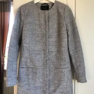 Längre grå kappa från ONLY i stlrk XS. Mycket bra skick! Nypris 500kr säljs för 150kr.