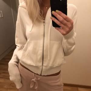 Vit stickad hoodie från H&M, jättefin och mysig, inga fläckar eller så dock blivit lite nopprig vid sidorna pga att man drar emot med ärmarna men inget man tänker på och går att plocka bort! Står inte för frakt💗